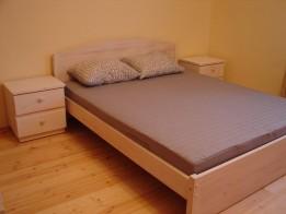 Кровать двуспальная и прикроватная тумба.