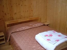 Кровать и прикроватные тумбы.