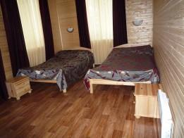 Кровати, прикроватные тумбы.