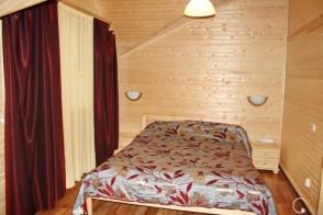 Двуспальная кровать, прикроватная тумба.