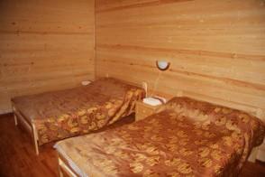 Кровати, прикроватная тумбочка.