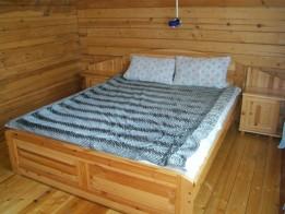 Двуспальная кровать и прикроватные тумбочки.