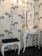 Стол туалетный с зеркалом и пуф